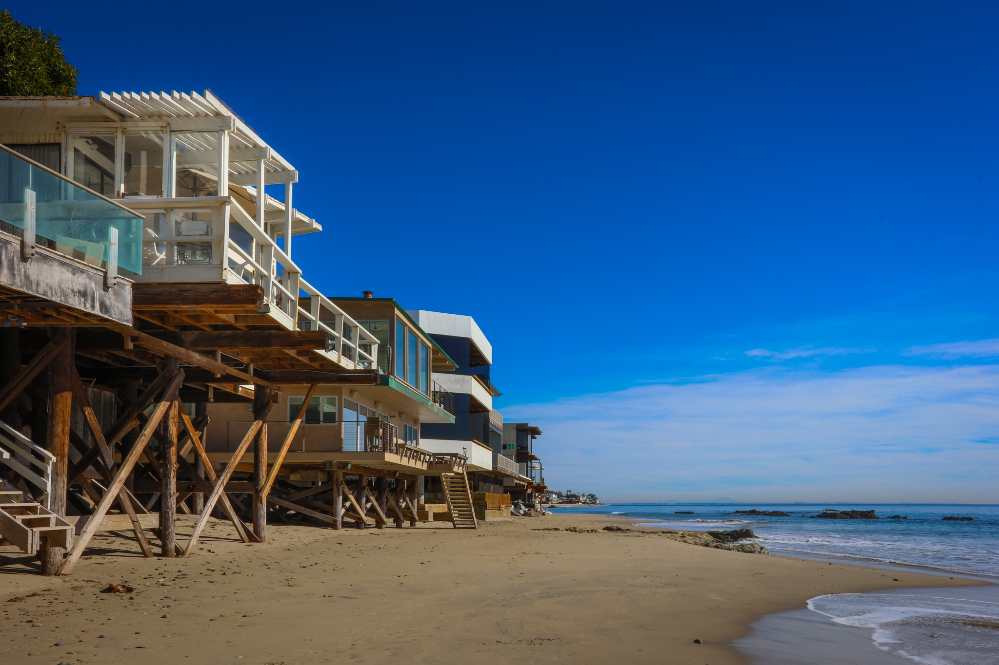 Beachfront malibu house ra135171 redawning for Malibu california beach houses