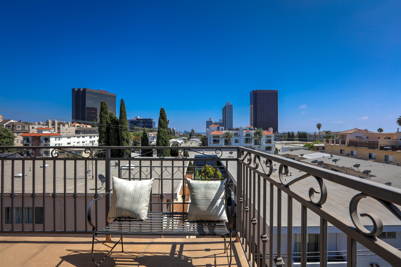 Brentwood penthouse 402 ra91455 redawning for Los angeles holiday rental