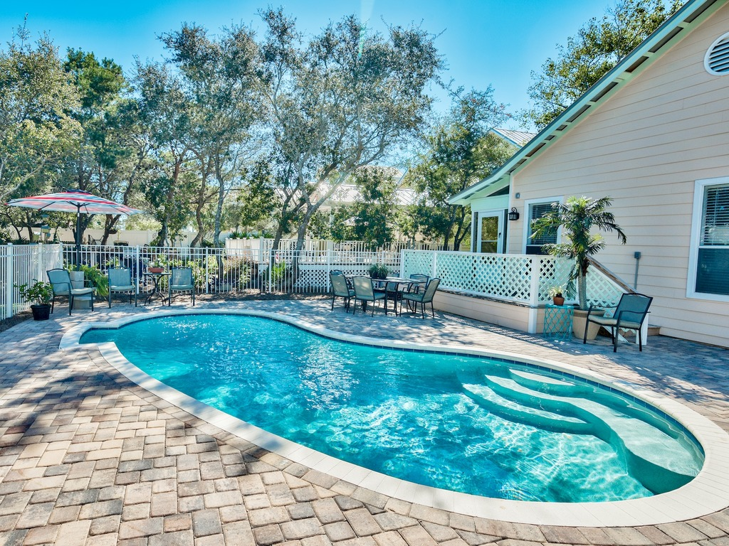 Private Pool, Walk to the Beach, Sleeps 10! | RedAwning