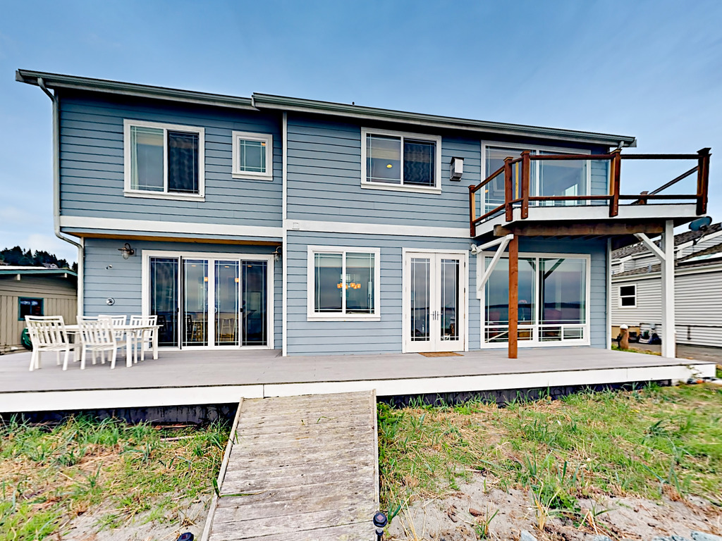 3BR w/ Large Deck & Private Beach   RedAwning