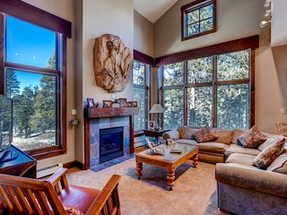 Gorgeous 4 Bdrm Townhome with sunset views & Kids Ski Free