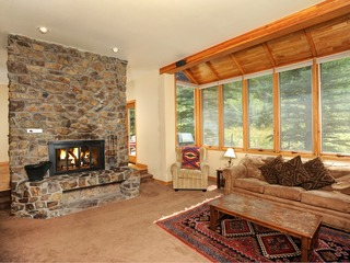 3Br Private Home~Sleeps up to 10. Stay here & kids ski free!