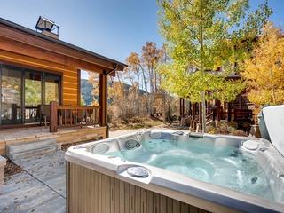 *Beautiful* 4Br Townhome w/ Private Hot tub! Kids Ski Free!