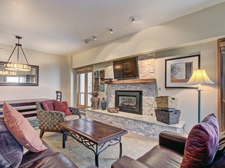 Scenic Winter Getaway Sleeps 8- Ski in Out + Walk downtown