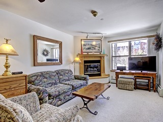 Relaxed 2Br 3Ba Seconds to Historic Main Street- Sleeps 8