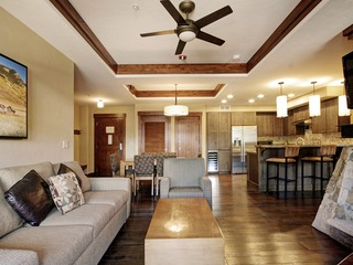 Lodge in Winter Luxury at Peak 8- 2Br 2Ba Ski-in/out 6ppl