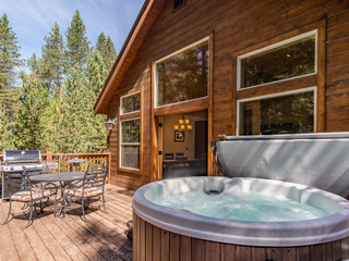 3BR w/ Hot Tub, Fireplace, & Grill