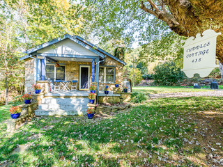 Cuddles Cottage w/ Hot Tub, Deck & Fire Pit