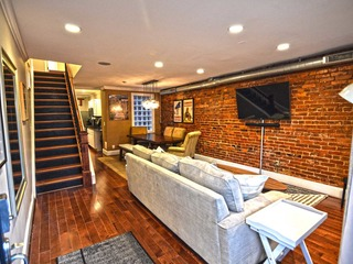 Stop Hunting for the BIG HOUSE 3BR 4 Bath PARKING! - image