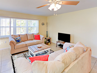 Sunny 3BR- Minutes to Beach, Dining