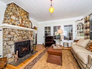Charming 3BR Getaway Close to Town