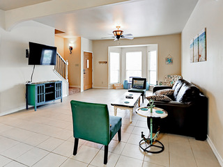 Family-Friendly Townhome w/ Pool- Close to Beach