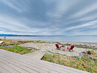 3BR w/ Large Deck & Private Beach
