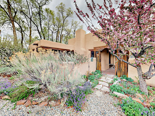 2BR w/ Private Courtyard & Room for 6- Walk to Taos Plaza