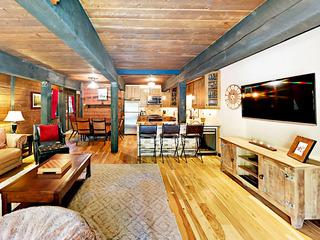 Creekside 2BR w/ Private Deck & Grill