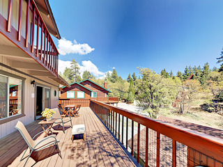 3BR Blue Jay Chalet w/ Hot Tub & Mountain Views