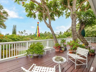 Ocean Tree House w/ Lanai & Yard- Walk to Beach
