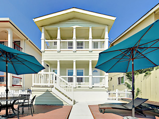 Charming 2BR – 300 Yards to Beach!
