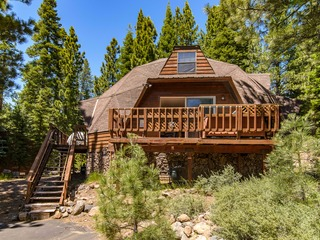 Geodesic Tahoe Donner 4BR w/ Hot Tub- Near Skiing