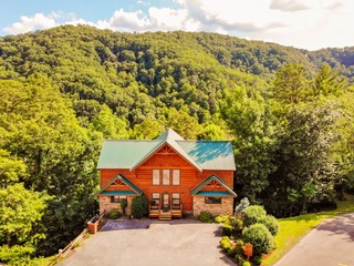 A Cabin to Remember- 5 Bedrooms, 5 Baths, Sleeps 18