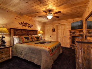 Lazy Bear Lodge- 4 Bedrooms, 4 Baths, Sleeps 14
