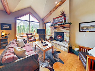 Slope-Side Lakota 4BR w/ Hot Tub & Stunning Views
