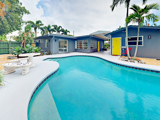 2BR w/ Pool- 4.5 Miles to Beach