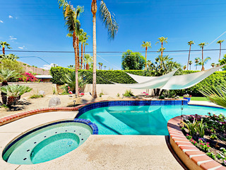 2BR/2BA Large Patio/ Pool and Jacuzzi in Palm Springs