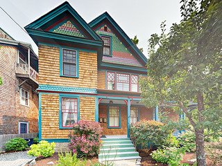 Dreamy 2BR Victorian w/ 2 Lofts & Deck