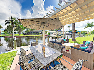 Canalfront 2BR w/ Screened Lanai