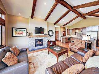 3BR Modern Cabin w/ Hot Tub & Gas Fireplace