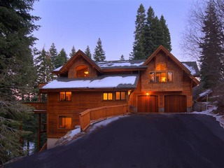 Luxury TreeHouse in Tahoe Donner with Hot Tub and Media Room - image