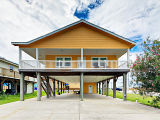 Remodeled 3BR w/ Covered Deck & Outdoor Shower
