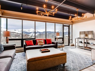 Uniquely Decorated Mountain Plaza Condo