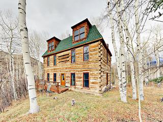 4BR Luxury Log Cabin w/ Hot Tub & Sauna
