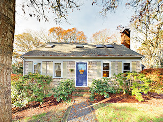 Charming 4BR Cottage-- Steps to Long Pond