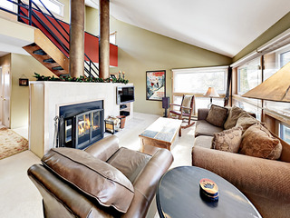 Cozy 2BR w/ Fireplace, Pool & Hot Tub- Near Slopes