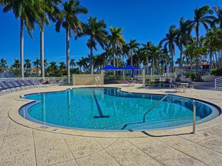 Desirable Isla Del Sol 2/2 Condo Lake Views Pool Near Beach 6050