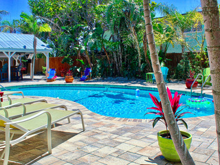 Coconut Grove Beach Resort unit 3, Pool, Free Wi-Fi & Parking