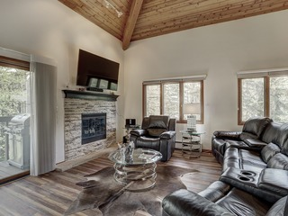 Spacious 2Br Mountain Retreat- Room for 6! Close to Lifts