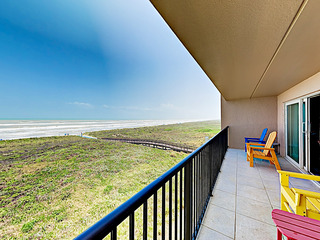 Beachfront Condo w/ Pool & Balcony- Walk to Beach