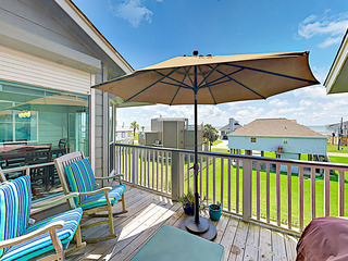 Updated Townhouse w/ 2 Decks- 1 Block to Beach!