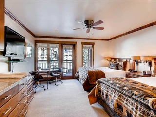 Lion Square- South 472 Lodge Room