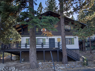4 Bedroom Mountain Chalet in Quiet Setting - image