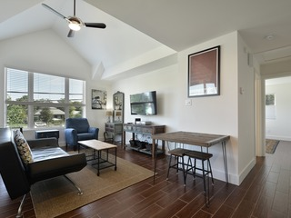 Walk to Rainey St, Convention Center, Downtown!- Sleeps 4