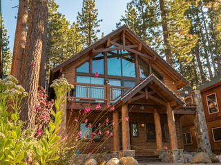 """Famous Cabin"" Extended Stay Estate, Steps to Lake"
