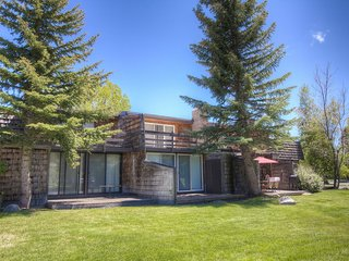 Great Value Home Just Steps from the Lake - image